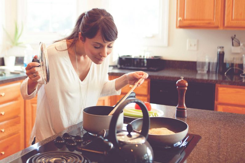 Desperdício zero: 2 receitas fáceis para aproveitar o feijão que sobrou na geladeira